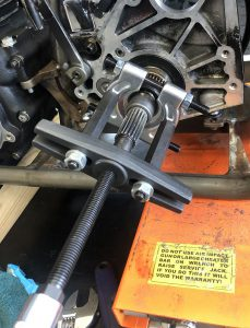 Tighten the force screw to remove the bearing race from the mainshaft.